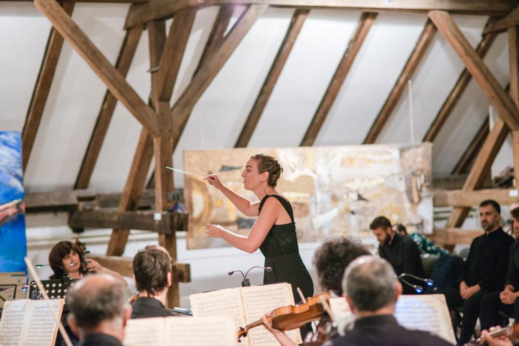 """Lara Diloy, directora de orquesta: """"Cuando dirijo me siento conectada a la música, concentrada. Es un momento de entrega en el que se mueven emociones y muchísima energía"""""""